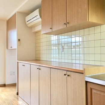 そして横にずらっと、タイル壁の収納。ここに炊飯ジャーや電子レンジを並べて。