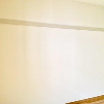 壁一面にお洋服や帽子をかけられます。※写真は3階の同間取り別部屋ものです