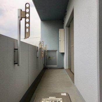 2部屋続きでかなり広々バルコニー。お隣さんも気になりませんよ。※写真は3階の同間取り別部屋ものです