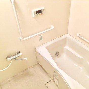 お風呂は浴槽広々。追い焚きや暖房機能も!※写真は3階の同間取り別部屋ものです