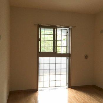 【洋室】ちょっと変わった窓。※写真は3階の同間取り別部屋ものです