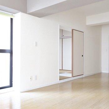 反対側にちらっと見えるは和室。