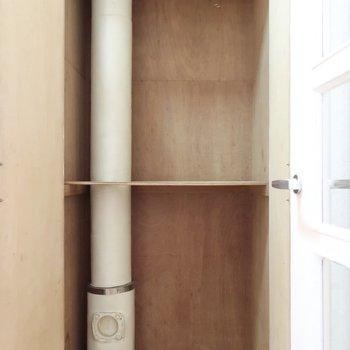 廊下収納は配管が目立つなぁ。