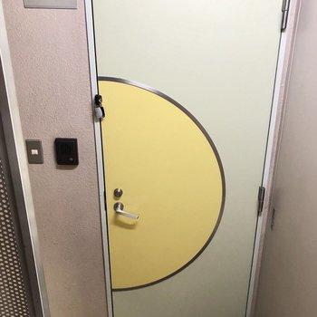 玄関ドアは少し可愛らしい!
