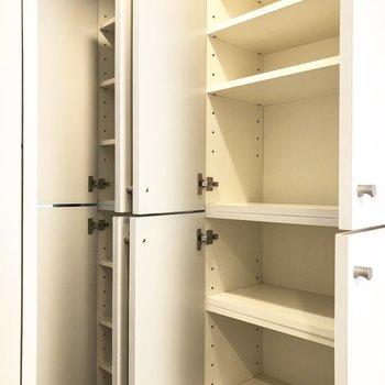 キッチン奥の収納。高さ調節可能ですよ。