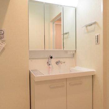 収納たっぷり3面鏡の洗面台
