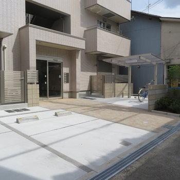 駐車場と駐輪場とゴミ置き場完備です