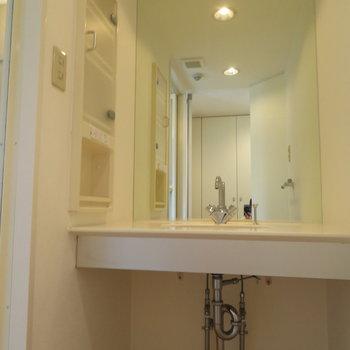 大きな1枚鏡の洗面台