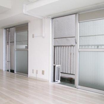 【LDK】こちらの窓からもバルコニーへ行けます。