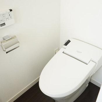 トイレはタンクレス&ウォシュレット!※写真は4階の反転間取り別部屋のものです
