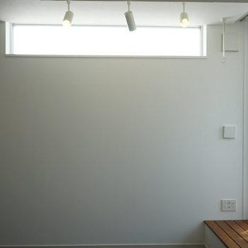 丈夫にも窓があり、静かながら明るさはあります。※写真は4階の反転間取り別部屋のものです