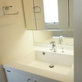 洗面台も収納たくさん。※写真は4階の反転間取り別部屋のものです