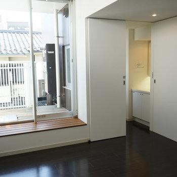 部屋奥側から。シックなフローリングの色もイイ。※写真は4階反転間取り別部屋のものです