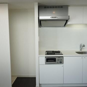 使いやすそうな白のキッチン。※写真は4階の反転間取り別部屋のものです