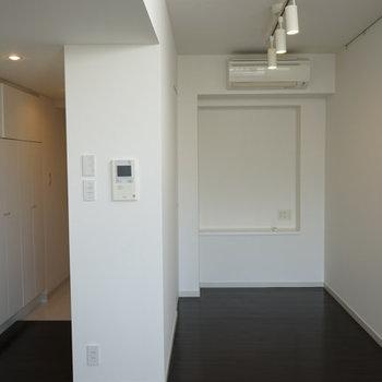 ベランダ側から。寝室奥にはちょっとした物置スペースが。※写真は4階の反転間取り別部屋のものです