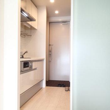 玄関はいるとまずキッチンになります。※写真は2階同間取り別部屋のものです