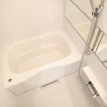 横長の鏡がいいね。浴室乾燥もついています。※写真は2階同間取り別部屋のものです