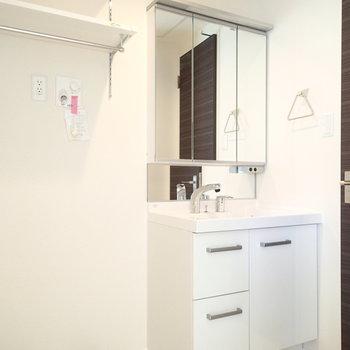 洗面台もスタイリッシュ。洗濯機置場もこちらです。※写真は2階同間取り別部屋のものです
