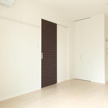 左側のドアからは水回りへ。※写真は2階同間取り別部屋のものです