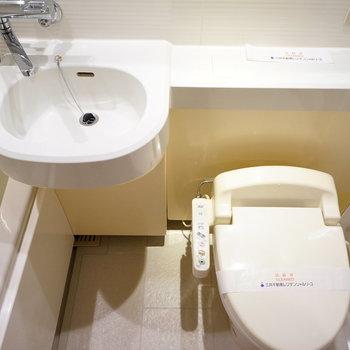トイレにはウォシュレットが!※写真は2階の同間取り別部屋のものです