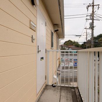 共用部、玄関前。