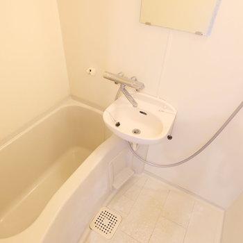 【工事前】お風呂もピカピカに磨いてアクセントシートを貼り、大きな鏡をつけます!