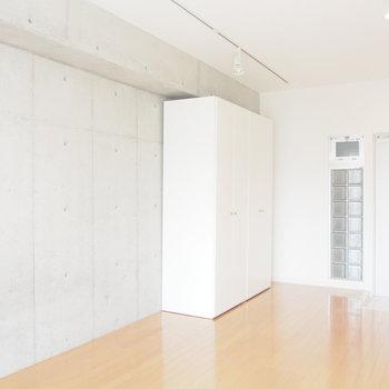 天井のライトも良いアクセント。※写真は4階の反転間取り別部屋のものです