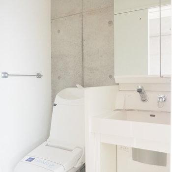 トイレもコンクリート壁なんです。※写真は4階の反転間取り別部屋のものです