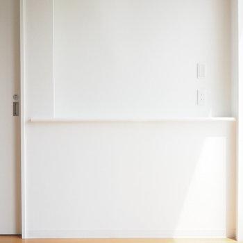 飾り棚には間接照明まで!※写真は4階の反転間取り別部屋のものです