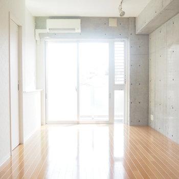 コンクリートに間接照明に、とってもうれしい。※写真は4階の反転間取り別部屋のものです