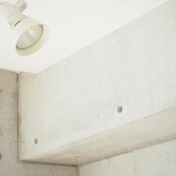 コンクリート壁にあたるライトの明かり、わくわくしますね。※写真は4階の反転間取り別部屋のものです