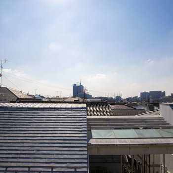 前の建物が低いので太陽サンサン