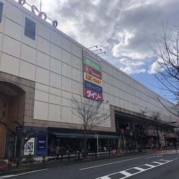 駅周辺は大型のスーパーもあり、昼間は人通りも多く賑わっています。