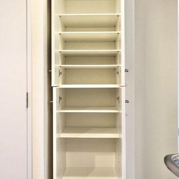 細かく棚があるので、たくさん収納できますよ。