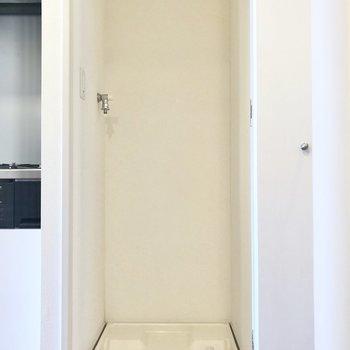 キッチンの隣には洗濯機置き場があります。