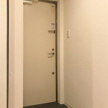 玄関はシンプルに。。※写真はクリーニング前