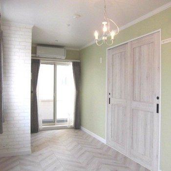 黄緑のアクセントクロスが素敵 ※写真は2階似た間取り別部屋のものです