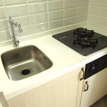 キッチンもコンパクト ※写真は2階似た間取り別部屋のものです