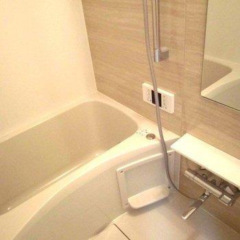 追い焚き付きの綺麗な浴槽がいいですね ※写真は2階似た間取り別部屋のものです