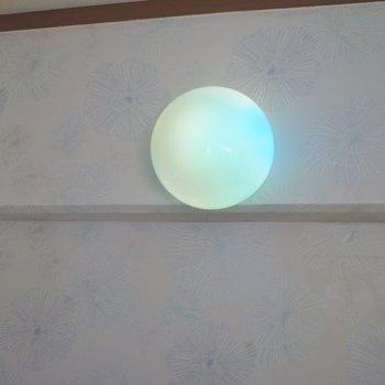 レインボーな照明が洗面所に!
