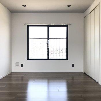5.5帖の洋室は趣味の空間やリビングの一部として使うのも良さそう。※写真は4階の反転間取り別部屋のものです。
