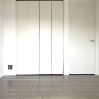 こちらは4.5帖の洋室です。プレーンさが魅力!※写真は4階の反転間取り別部屋のものです。