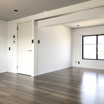 LDKと洋室は引き戸で仕切ることもできますよ。※写真は4階の反転間取り別部屋のものです。