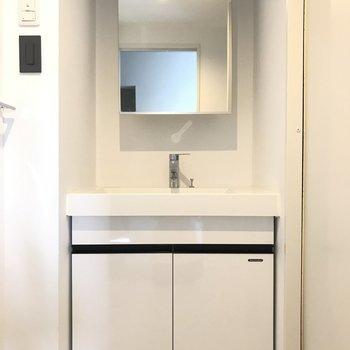 スクエアな洗面台って素敵!※写真は4階の反転間取り別部屋のものです。
