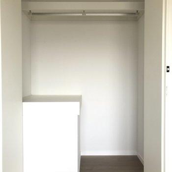 寝室エリアのクローゼットとしてはしっかりサイズ感。※写真は4階の反転間取り別部屋のものです。