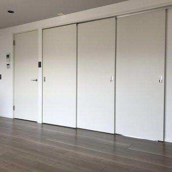 引き戸を閉めたらこんな感じ。圧迫感はあまり感じません。※写真は4階の反転間取り別部屋のものです。