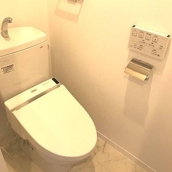トイレはしっかりウォシュレット完備。※写真は4階の反転間取り別部屋のものです。