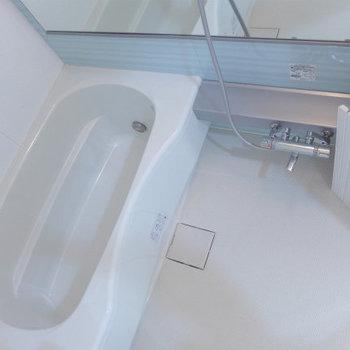 お風呂も広々、追焚に浴室乾燥機付き。(※写真は6階の反転間取り別部屋のものです)