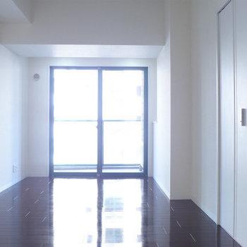 洋室は8帖、広いです。(※写真は6階の反転間取り別部屋のものです)