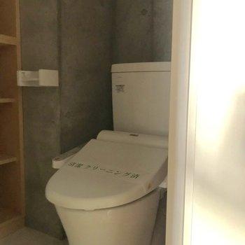 洗面台と同じ空間にトイレがあります。※写真は通電前のものです